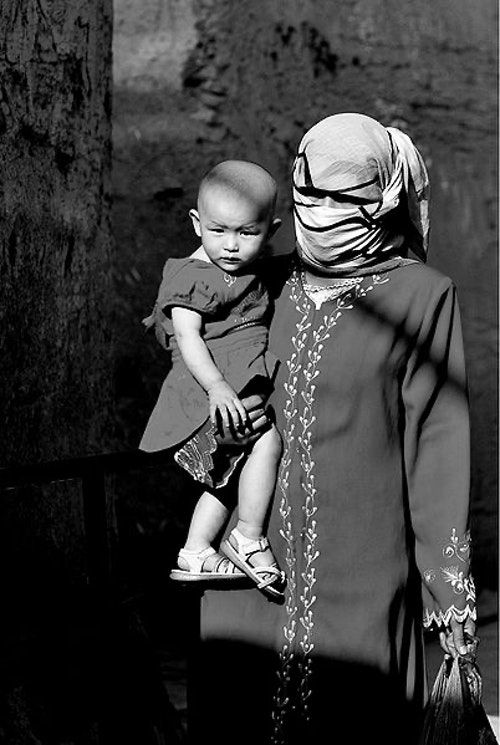 402px-Uyghur_people_-_women_and_kid