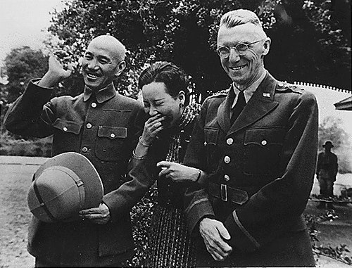 Chiang_Kai_Shek_and_wife_with_Lieutenant
