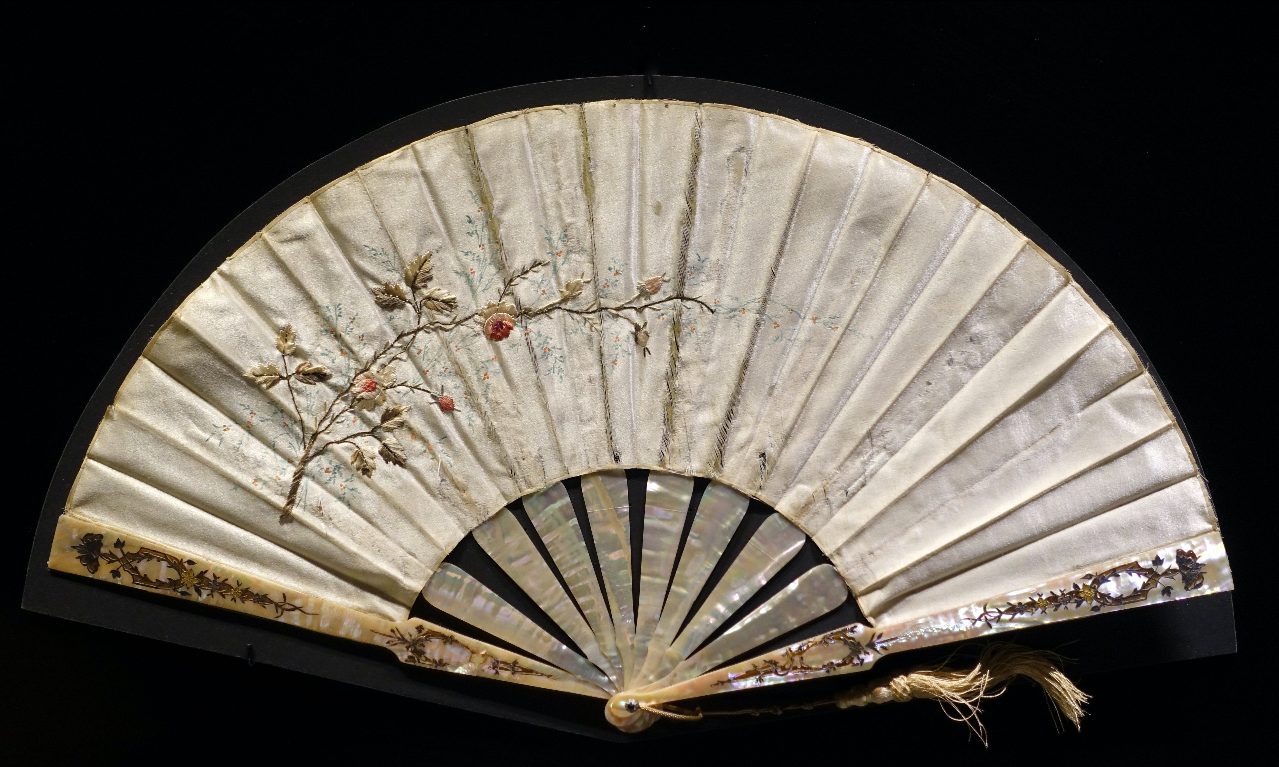 Folding_fan,_China,_c__1900,_mother-of-p