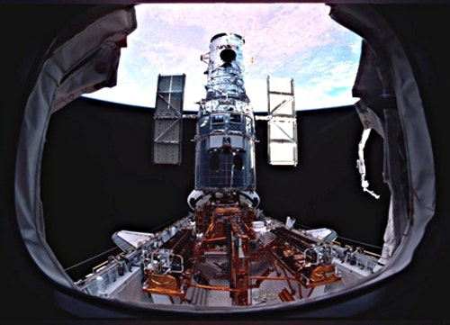 Hubble_on_the_payload_bay_just_prior_to_