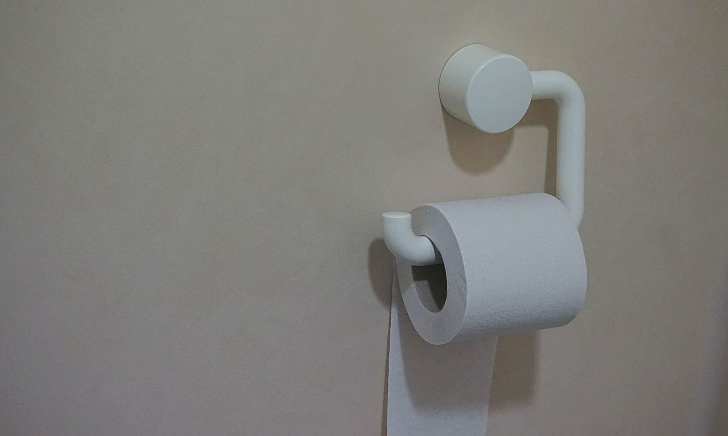 white-wall-shadow-toilet-lamp-ear-paper-