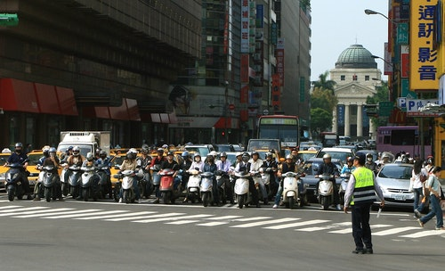 Scooters_in_Taipei_street_01