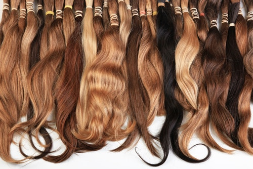 Hair extension equipment of natural hair. Hair samples of different colors - 圖片