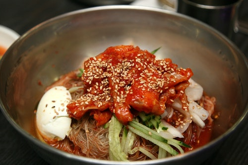 Korean_hot_and_spicy_cold_buckwheat_nood