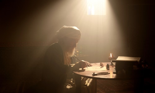 An old and historic Islamic scientist is working in his studio writing, reading and exploring. - 圖片