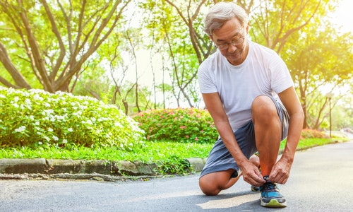 Sport old Man or Senior runner Tying Shoelaces getting ready jogging in park - 圖片